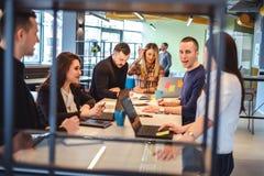 Θηλυκή τρίχα καθορισμού διευθυντών ενώ συνάδελφοι που μιλούν στο meeti στοκ φωτογραφία με δικαίωμα ελεύθερης χρήσης