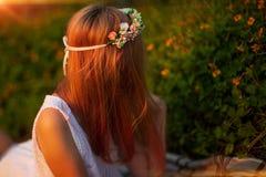 Θηλυκή τρίχα με την κορώνα του λουλουδιού στη φύση Στοκ φωτογραφία με δικαίωμα ελεύθερης χρήσης