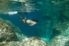 Θηλυκή υποβρύχια ωκεάνια κατάδυση θάλασσας Στοκ φωτογραφία με δικαίωμα ελεύθερης χρήσης