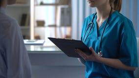 Θηλυκή υπομονετική διατύπωση παραπόνων για τον πονοκέφαλο, νέος γιατρός προσεκτικά που ακούει φιλμ μικρού μήκους