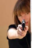 θηλυκή υπόδειξη πυροβόλων όπλων Στοκ Εικόνες
