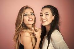 Θηλυκή φιλία Γυναίκες με την ξανθή, τρίχα brunette στο ρόδινο υπόβαθρο Στοκ φωτογραφία με δικαίωμα ελεύθερης χρήσης