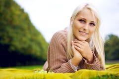 Θηλυκή χαλάρωση σε ένα κάλυμμα Στοκ εικόνες με δικαίωμα ελεύθερης χρήσης