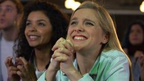 Θηλυκοί ανεμιστήρες συναισθηματικά ενθαρρυντικοί για τον αγώνα ποδοσφαίρου προσοχής νίκης αθλητικών ομάδων απόθεμα βίντεο