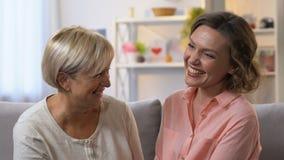 Θηλυκοί γείτονες που κουτσομπολεύουν και που γελούν μαζί, να εμπιστευθεί σχέσεις, αργός-Mo απόθεμα βίντεο