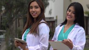 Θηλυκοί ιατρικοί επαγγελματίες φιλμ μικρού μήκους