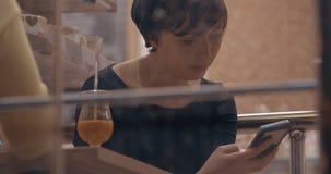 Θηλυκοί το φίλοι στον καφέ που μιλά κατά χρησιμοποίηση των κινητών τηλεφώνων απόθεμα βίντεο