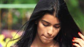 Θηλυκός έφηβος με την ενόχληση ματιών φιλμ μικρού μήκους