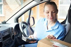 Θηλυκός αγγελιαφόρος Van Delivering Package στο εσωτερικό σπίτι Στοκ εικόνα με δικαίωμα ελεύθερης χρήσης