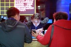 Θηλυκός αγωγός εισιτηρίων κινηματογράφων, srgb εικόνα στοκ φωτογραφία με δικαίωμα ελεύθερης χρήσης