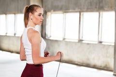Θηλυκός αθλητής που μένει με το σχοινί στοκ φωτογραφία με δικαίωμα ελεύθερης χρήσης