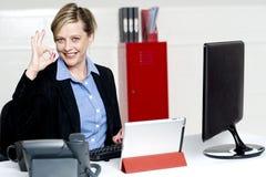 Θηλυκός ανώτερος υπάλληλος που εμφανίζει άριστη χειρονομία Στοκ Εικόνα