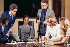 Θηλυκός αρχηγός ομάδας στη συζήτηση συνεδρίασης που μιλά στη αίθουσα συνδιαλέξεων γραφείων Στοκ εικόνες με δικαίωμα ελεύθερης χρήσης
