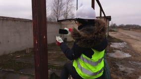 Θηλυκός αρχιτέκτονας που επιθεωρεί την οικοδόμηση ενός κτηρίου φιλμ μικρού μήκους