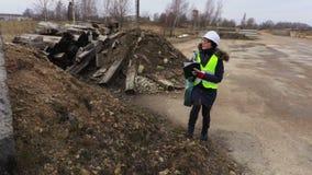 Θηλυκός αρχιτέκτονας που επιθεωρεί το εργοτάξιο οικοδομής απόθεμα βίντεο