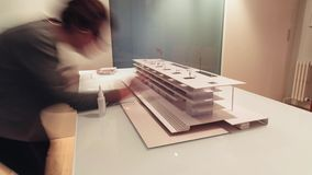 Θηλυκός αρχιτέκτονας που εργάζεται στο πρότυπο 4k χρονικό σφάλμα αρχιτεκτονικής απόθεμα βίντεο