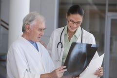 θηλυκός ασθενής γιατρών Στοκ φωτογραφίες με δικαίωμα ελεύθερης χρήσης