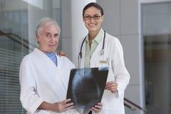 θηλυκός ασθενής γιατρών Στοκ Φωτογραφίες