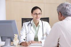 θηλυκός ασθενής γιατρών Στοκ Εικόνες