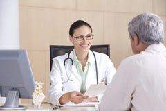 θηλυκός ασθενής γιατρών Στοκ εικόνες με δικαίωμα ελεύθερης χρήσης