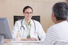 θηλυκός ασθενής γιατρών Στοκ φωτογραφία με δικαίωμα ελεύθερης χρήσης