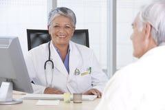 θηλυκός ασθενής γιατρών Στοκ Εικόνα