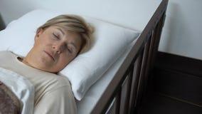 Θηλυκός ασθενής που βρίσκεται στο νοσοκομειακό κρεβάτι και που κοιτάζει γύρω, πρόβλημα υγείας αμνησίας απόθεμα βίντεο