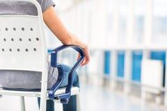 Θηλυκός ασθενής, που κάθεται σε μια αναπηρική καρέκλα για τους ασθενείς Στοκ Εικόνα