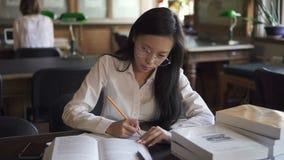 Θηλυκός ασιατικός δικηγόρος σπουδαστών στο άσπρο πουκάμισο απόθεμα βίντεο