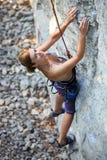 θηλυκός βράχος ορειβατών Στοκ φωτογραφία με δικαίωμα ελεύθερης χρήσης