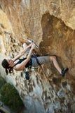 θηλυκός βράχος ορειβατώ Στοκ Εικόνες