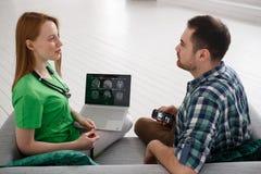 Θηλυκός γιατρός και αρσενικός ασθενής που εξετάζουν υγειονομικής περίθαλψης έννοιας MRI την ιατρικής και ακτινολογίας έννοια, Στοκ εικόνες με δικαίωμα ελεύθερης χρήσης
