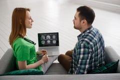 Θηλυκός γιατρός και αρσενικός ασθενής που εξετάζουν υγειονομικής περίθαλψης έννοιας MRI την ιατρικής και ακτινολογίας έννοια, Στοκ Φωτογραφίες