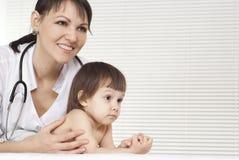 Θηλυκός γιατρός με το παιδί Στοκ φωτογραφία με δικαίωμα ελεύθερης χρήσης