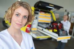 Θηλυκός γιατρός πορτρέτου που στέκεται στο μπροστινό ασθενοφόρο Στοκ φωτογραφία με δικαίωμα ελεύθερης χρήσης