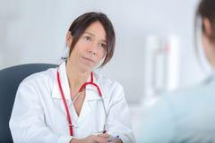 Θηλυκός γιατρός που ακούει το γραφείο patientin στοκ εικόνα με δικαίωμα ελεύθερης χρήσης