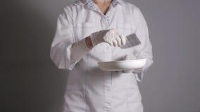 Θηλυκός γιατρός που δίνει τα χάπια Ο νέος ιατρικός επαγγελματίας δίνει τις ταμπλέτες σε μια φουσκάλα που παίρνει από το πιάτο νεφ φιλμ μικρού μήκους