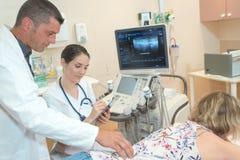 Θηλυκός γιατρός που κάνει την έρευνα υπερήχου στην ιατρική κλινική στοκ φωτογραφίες με δικαίωμα ελεύθερης χρήσης