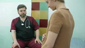 Θηλυκός γιατρός που συμβουλεύεται μια έγκυο γυναίκα στο νοσοκομείο απόθεμα βίντεο
