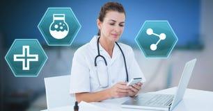 Θηλυκός γιατρός που χρησιμοποιεί το τηλέφωνο με τα ιατρικά hexagon εικονίδια διεπαφών Στοκ φωτογραφίες με δικαίωμα ελεύθερης χρήσης
