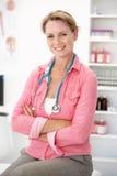 Θηλυκός γιατρός στη διαβούλευση του δωματίου στοκ εικόνες