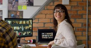 Θηλυκός γραφικός σχεδιαστής που εξετάζει τη κάμερα 4k απόθεμα βίντεο