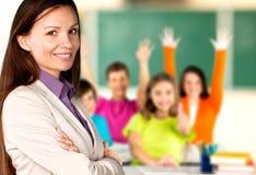 Θηλυκός δάσκαλος με τα παιδιά στην κατηγορία επάνω στοκ εικόνες με δικαίωμα ελεύθερης χρήσης
