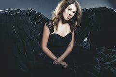 Θηλυκός δαίμονας με το μαύρο κοστούμι φτερών σε καρναβάλι και θρησκευτικός Στοκ φωτογραφίες με δικαίωμα ελεύθερης χρήσης