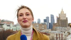 Θηλυκός δημοσιογράφος TV απόθεμα βίντεο