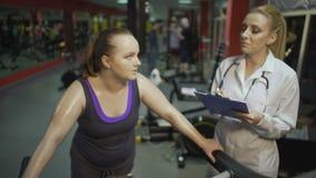 Θηλυκός διατροφολόγος που συμβουλεύεται την υπέρβαρη γυναίκα για την υγιεινή διατροφή για την απώλεια βάρους φιλμ μικρού μήκους