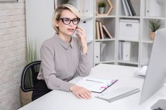 Θηλυκός διευθυντής που μιλά στον πελάτη τηλεφωνικώς Στοκ φωτογραφία με δικαίωμα ελεύθερης χρήσης