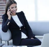 Θηλυκός διευθυντής που μιλά στο κινητό τηλέφωνο Στοκ φωτογραφία με δικαίωμα ελεύθερης χρήσης