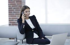 Θηλυκός διευθυντής που μιλά στο κινητό τηλέφωνο Στοκ εικόνες με δικαίωμα ελεύθερης χρήσης