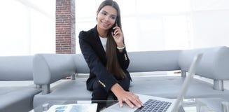 Θηλυκός διευθυντής που μιλά στο κινητό τηλέφωνο Στοκ φωτογραφίες με δικαίωμα ελεύθερης χρήσης
